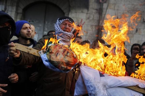 納布盧斯地區的巴勒斯坦人民,焚燒美國總統川普的人偶,不滿他宣布耶路撒冷城為以色列首都。(法新社)
