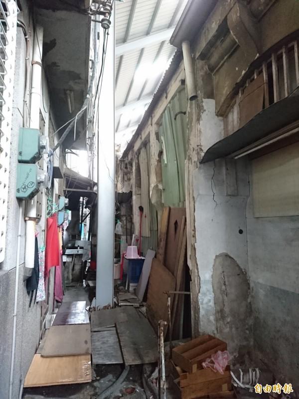 施工通道仍維持1.5米寛,店家住戸配合整理淨空。(記者洪瑞琴攝)