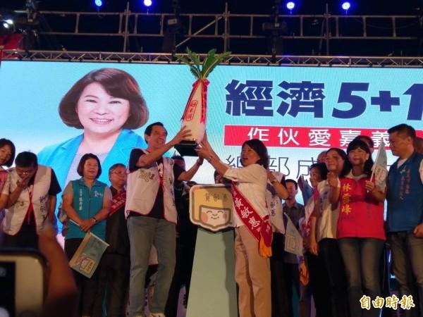 前總統馬英九送好彩頭給嘉義市長參選人黃敏惠。(記者王善嬿攝)