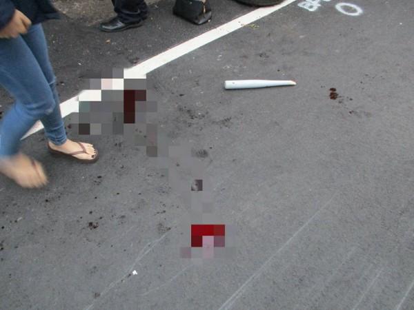 7名惡煞在宮廟前砍殺吳姓男子及其友人,地上血跡斑斑,球棒被打斷。(記者王宣晴翻攝)