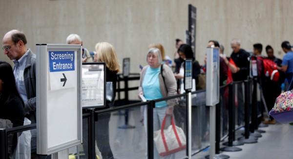 中國人在飛往洛杉磯的航班上打架,一落地全家3人就被遣返。(路透)