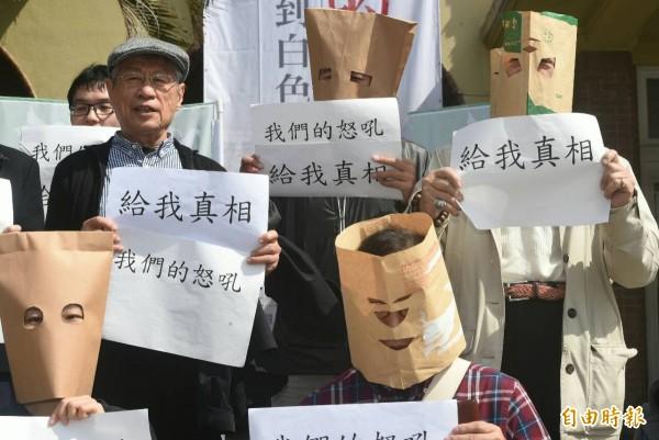 高中教師抗議教科書未陳述228事件兇手活動。(記者廖振輝攝)