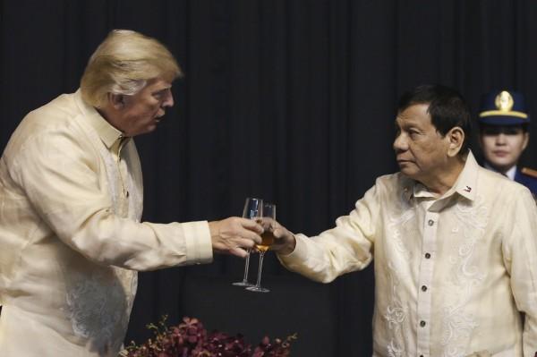 美國總統川普昨天抵達菲律賓,外界好奇菲律賓總統杜特蒂的互動內容。(美聯社)