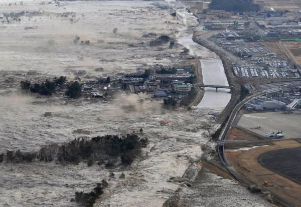 日本311地震引發海嘯,造成逾1.5萬人死亡、逾2千人通報失蹤。(美聯社)