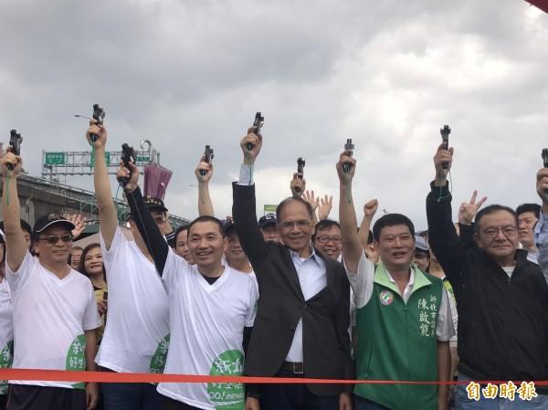 新北副市長侯友宜(左三)行程很空,被指是「櫻櫻美代子」。圖為本月21日前行政院長游錫堃(右3)同台健走。(資料照,記者葉冠妤攝)