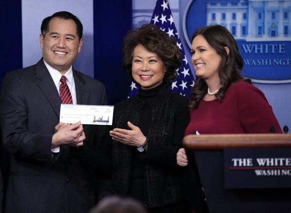 美國總統川普將第四季薪水捐贈給運輸部,由部長趙小蘭(中)代表受贈。(美聯社)