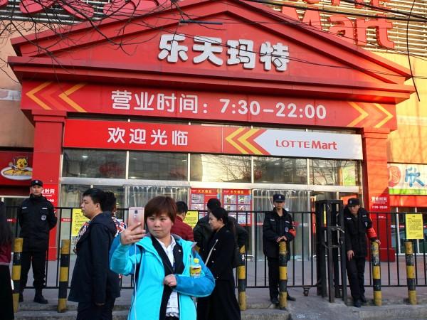 中國政府過去因為政治對峙,已經關閉中國境內20多家韓國「樂天」企業旗下的超市。(美聯社)
