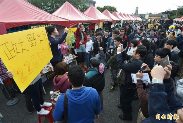 活動現場有眾多學校與民間社團在場設攤,讓民眾更了解228。(記者廖振輝攝)