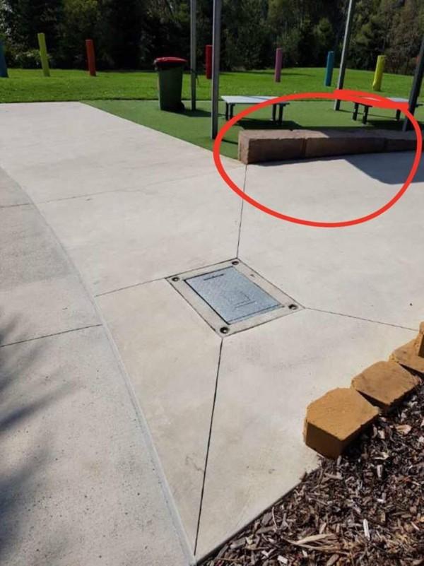 女童踩到金属板(见图)的位置。红圈圈为女童母亲坐的地方。(图撷取自皮克林脸书)