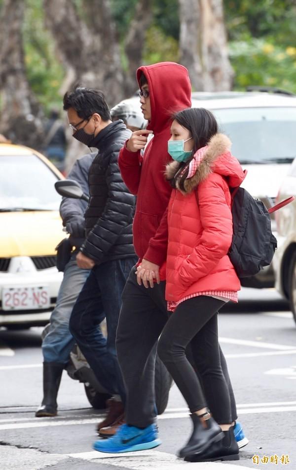 中央氣象局發布低溫特報,明(9)日起至13日清晨各地將出現攝氏10度以下低溫,提醒民眾注意保暖。(資料照,記者羅沛德攝)