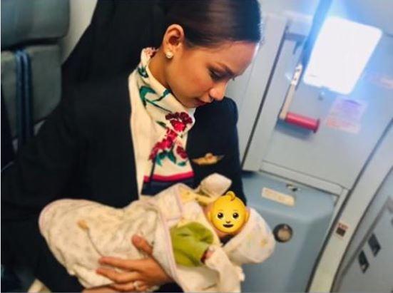 欧甘诺用自己的母奶,哺育机上不断哭闹的宝宝。(圗撷自脸书)