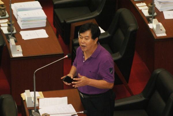 高市議員洪平朗高分貝質詢女清隊員為何拆他旗,女隊員淚灑會場。(記者黃佳琳攝)