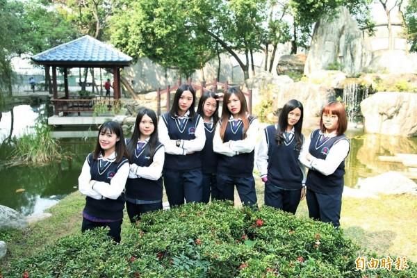 大成商工校園內有亭台樓閣,搭配學生制服超有fu。(記者廖淑玲攝)