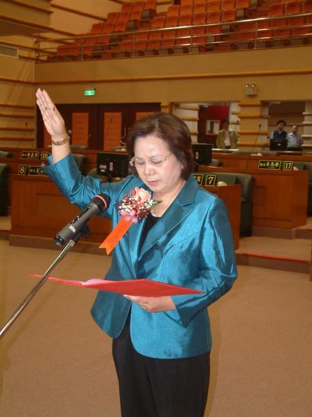 蔡貴絲今天當選嘉義市第8屆議長補選,進行議長宣誓就職。(記者丁偉杰攝)