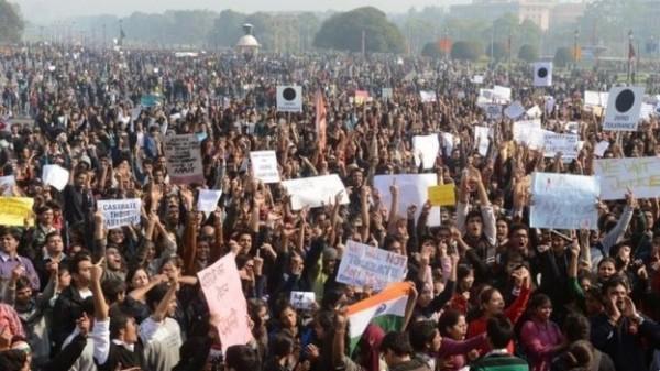 由於印度社會對性侵案的高度關心,不少人偏向女性受害者發起抗議活動。(法新社)