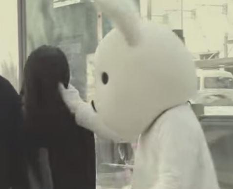 在他從長髮女子背後扯了她頭髮之後,女子轉過頭露出一副「你幹嘛阿?」的表情。(圖擷自YouTube)