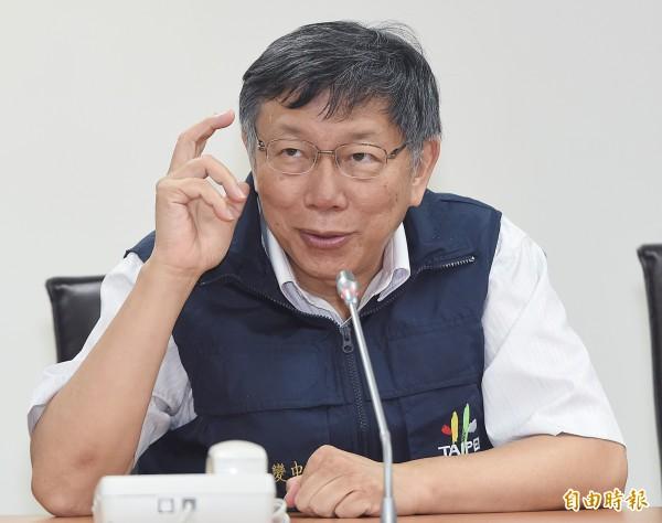 台北市長柯文哲晚間8時主持瑪莉亞颱風工作會報,於會中裁示由於目前北市的狀況仍相對平靜,為求慎重起見,柯文哲認為那就等最新一報氣象預報,因此決定延後至10時宣布。(記者廖振輝攝)