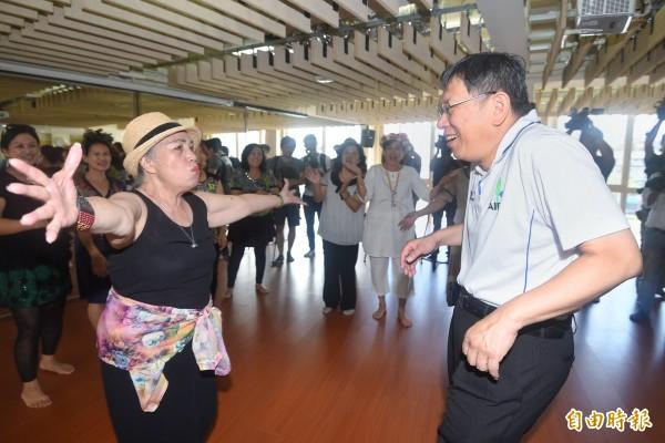 台北市長柯文哲12日參訪台北市原住民族耆老服務中心,並與長者一起互動、用餐。(記者方賓照攝)