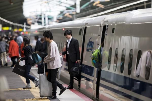 日本東海道新幹線回聲號日前發生一起烏龍意外,列車在乘客上車前竟兀自離開月台,留下傻眼民眾。(彭博)