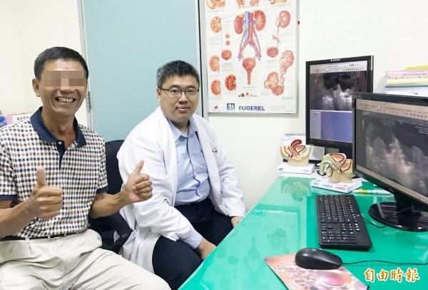 攝護腺肥大患者(左)長期忍受頻尿痛苦,在接受紅光雷射手術後告別宿疾,特別向醫師(右)致謝。(記者蘇金鳳攝)