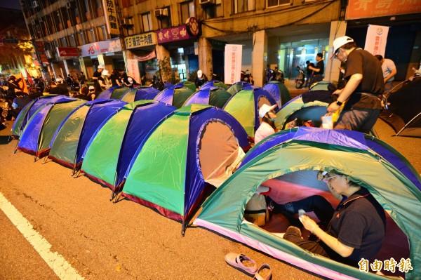 警方估計,截至晚間10點半,現場抗議民眾已達約800人,警方也已出動約2千人輪班站崗。(記者王藝菘攝)