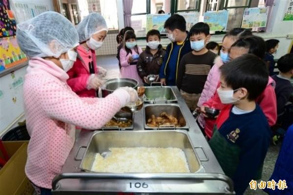 懷生、金華兩所學校部分學生發生集體食物腹瀉,供餐的「第一餐盒」將全市停止供餐。圖與文無關。(資料照,記者吳為恭攝)