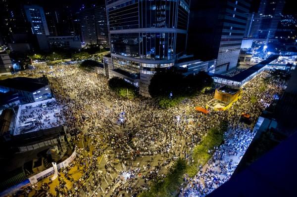 民眾27日晚間湧入政府總部周圍,最多人數達8萬人。(法新社)