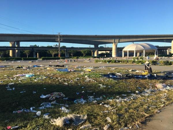 河濱公園草皮上積滿許多垃圾。(圖擷取自PTT)
