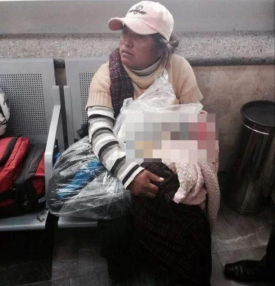 日前在墨西哥一輛巴士上驚見一名女子,手上包著用塑膠袋裝著的嬰屍。(圖擷取自Metro)