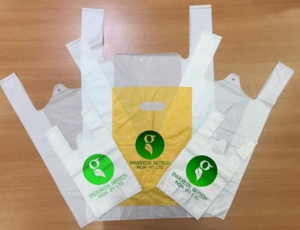 印度生物科技公司研發出一款有機塑膠袋,使用天然原料製成,但只要丟入煮沸的水中,短短15秒就能自然分解並可供食用,相當環保。(圖擷取自The Better India)