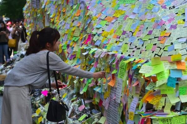 南韓女性貼便利貼表達抗議。(資料照,法新社)