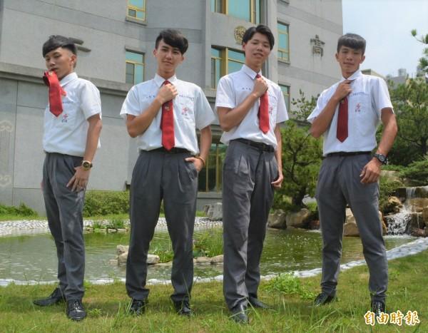 慈明高中制服洋溢青春活力,男同學穿上它顯得帥氣。(記者陳建志攝)