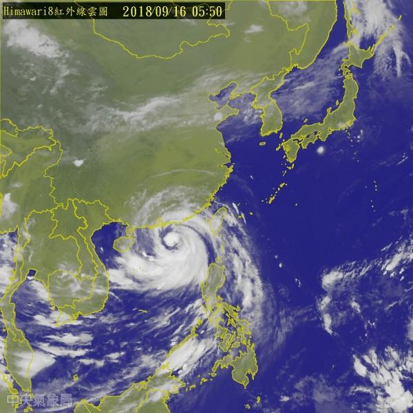 受到中颱「山竹」外圍環流影響,上半天東半部、屏東地區及西半部山區雨勢將持續,特別是花蓮及屏東山區,易有局部大豪雨或超大豪雨發生。(圖擷取自中央氣象局)