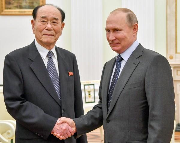 北韓最高人民會議常任委員會委員長金永南(左),今天與普廷(右)會面。(歐新社)