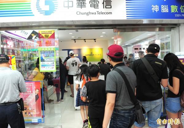 中華電信499之亂,週末最後一天人潮 ,中華電信特約門市仍有大批民眾前來搶辦。(記者王藝菘攝)
