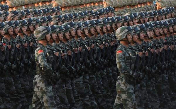 中國解放軍上月晚間突擊演練時,有5名士兵因戴著耳機,沒有聽到防空警報,最終竟導致演練失敗。(法新社)