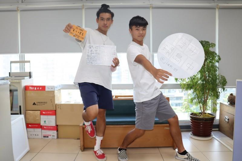李健羽(左)、呂彥勳(右)和郭榆鈞2男1女以37天完成徒步環島旅程。(記者翁聿煌攝)