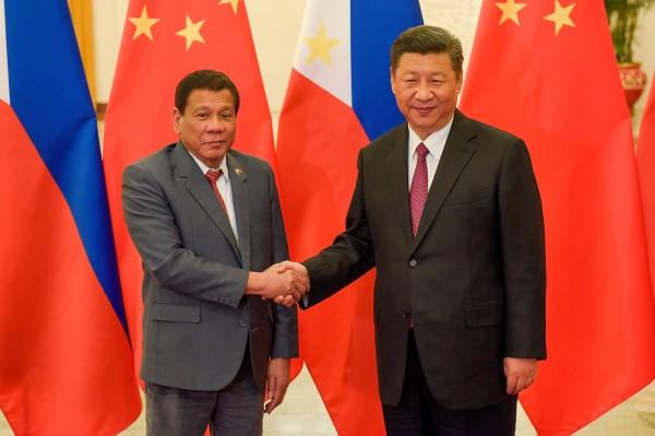 中菲關係改善後,今年預計將有100萬名中國遊客造訪菲律賓,近期菲律賓駐北京大使館收到的中國遊客簽證申請量更激增200%。圖為習近平與杜特蒂近日在北京會見。(路透)
