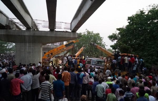 多輛起重機到場協助,但截至目前尚未能成功將倒塌的施工橋面搬移。(歐新社)