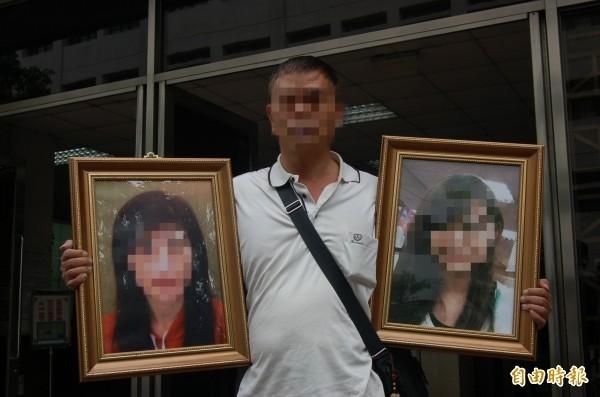 王先生去年帶著妻女遺照出庭,希望兇嫌黃姓男子儘快槍斃。(資料照,記者楊國文攝)