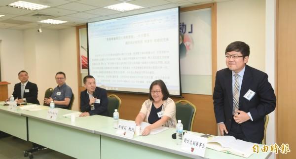 國策研究院與台灣民主基金會14日舉行「美朝峰會與亞太局勢變動」座談會,第二場由國策院執行長郭育仁(右三)主持,邀請外貿協會副董事長劉世忠(右一)等人與談。(記者方賓照攝)