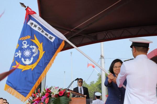 蔡英文总统在派里级巡防舰成军典礼授旗。(撷取自蔡英文脸书)