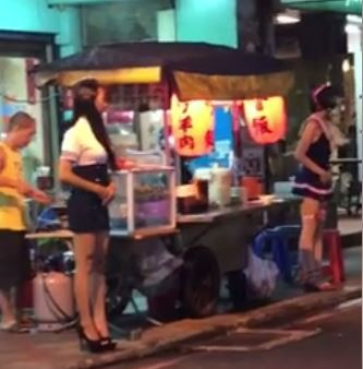 路邊攤攬客手法出現怪招,許多網友感到相當畏懼。(圖擷自臉書爆笑公社)