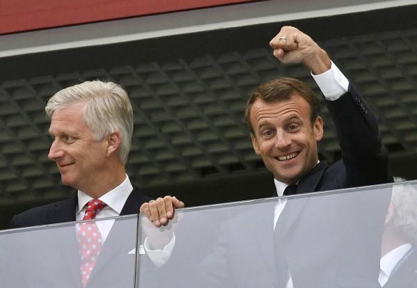 俄羅斯克里姆林宮今日證實,7月15日的決賽馬克宏將到場觀賽,並順便與俄羅斯總統普廷會晤。圖為7月11日馬克宏(圖右)觀賞法國隊準決賽。(美聯社)