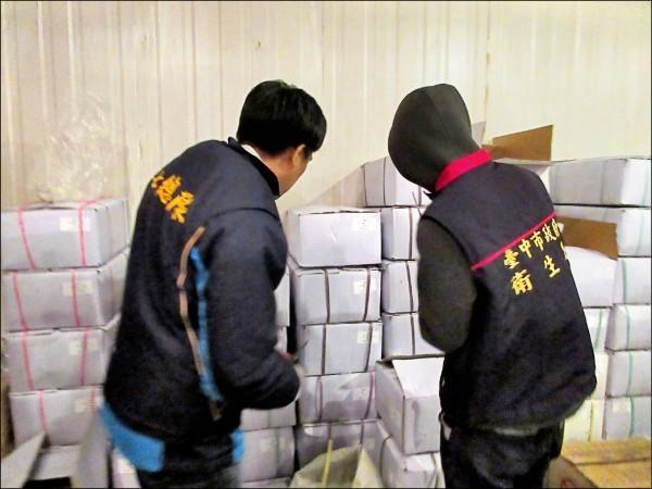 中市衛生局會同檢調查獲逾萬公斤過期冷凍鮑魚,業者疑涉改標販賣。(衛生局提供)