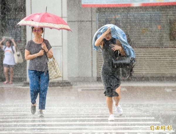 中央氣象局今天下午對桃園以南14縣市發布大雨特報。(資料照)