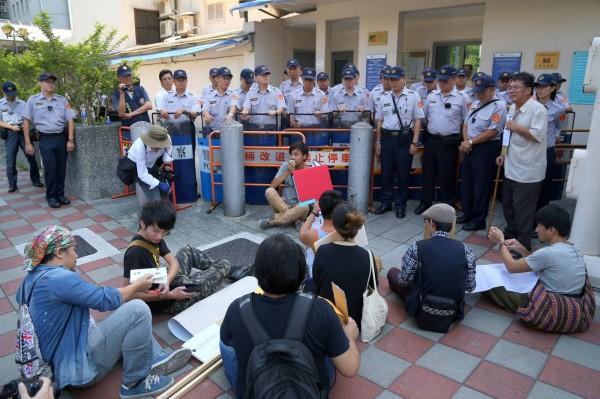 群眾坐在美國在台協會門口抗議。(圖擷取自苦勞網)