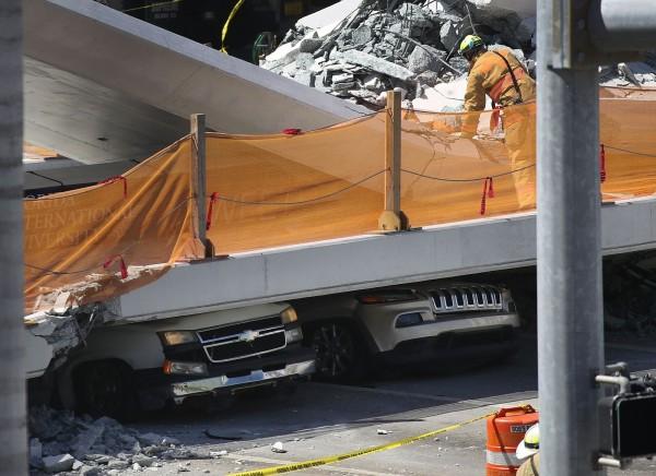 美國佛羅里達國際大學校園內陸橋崩塌,8輛汽車被壓動彈不得。(法新社)