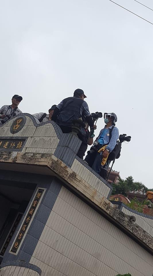 網友指出,這些攝影人士甚至直接坐在墳頭上,行徑十分誇張。(圖擷自「北部愛看廟會時刻區」臉書社團)