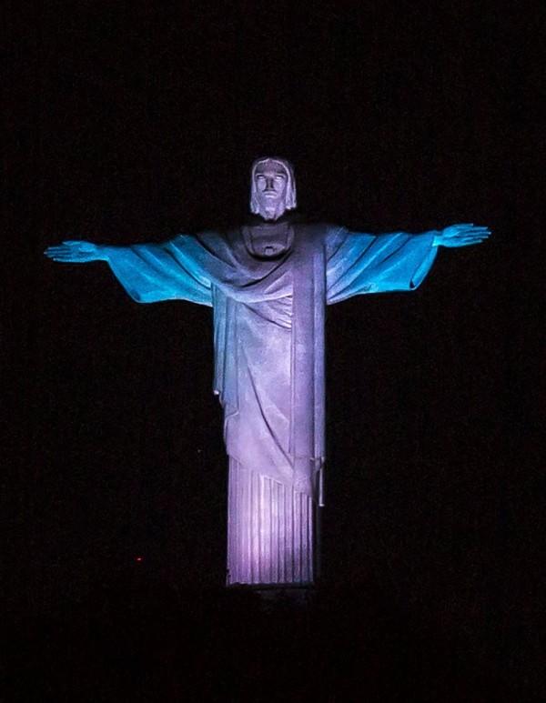 里約熱內盧的基督像也換上「藍」袍,慶祝芬蘭建國100周年。(歐新社)